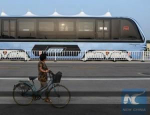китайский трамвай над автомобильным трафиком