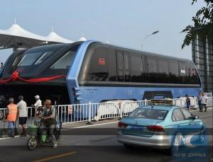 китайский трамвай TEB над автомобильным трафиком